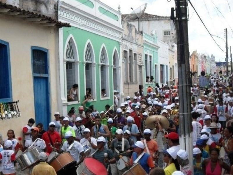 Prévias carnavalescas agitam o fim de semana em Penedo
