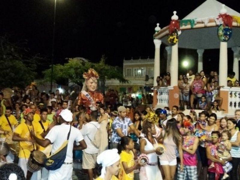 """Blocos e """"Lavagem do Rosário"""" agitam carnaval em Penedo"""