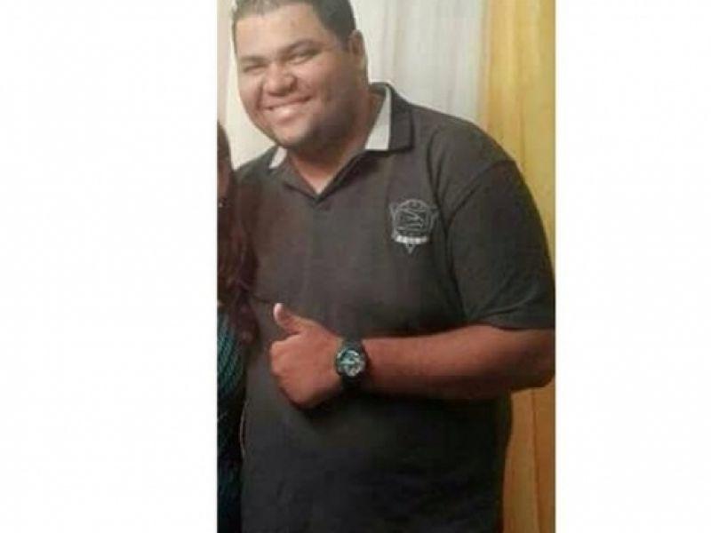 Mototaxista morre após passar por cima de fio desprendido de poste