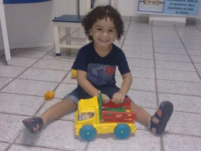 Criança morre após receber forte descarga elétrica enquanto brincava em Penedo