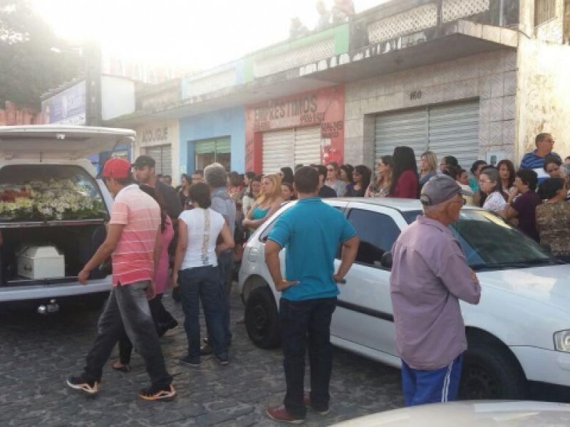 Corpo de criança de 03 anos que morreu após choque elétrico em Penedo é sepultado