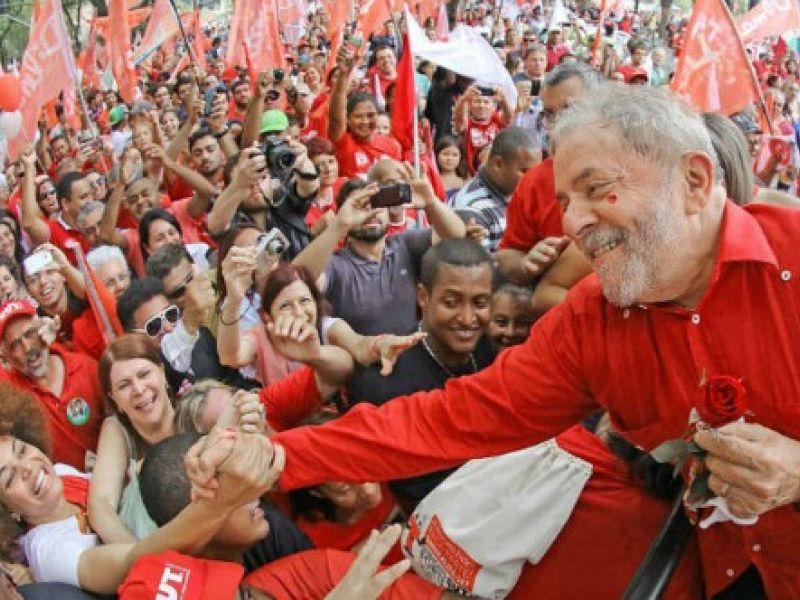 De balsa, ex-presidente Lula chega a Penedo-AL às 16 horas do dia 22 de agosto