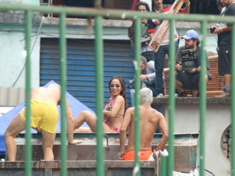 Anitta rebola com biquíni de fita isolante durante gravação de clipe no Vidigal