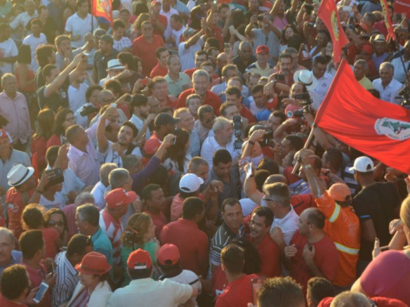 """Vídeo: Caravana """"Lula Pelo Brasil"""" é recebida por multidão no Porto das Balsas de Penedo"""