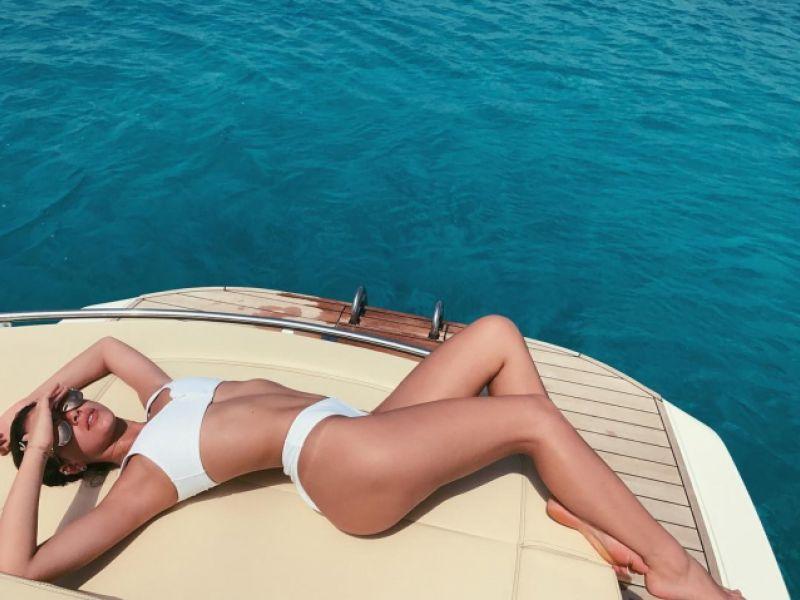 Bruna Marquezine, de biquíni, mostra corpo escultural em viagem à Grécia