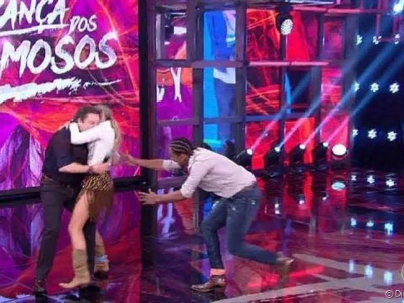 Adriane Galisteu derruba Faustão no 'Dança dos Famosos' e web comenta: 'Ô loco'