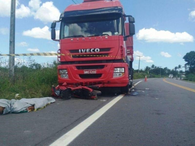 Colisão entre carreta e moto 'cinquentinha' deixa um morto e outro gravemente ferido em São Sebastião