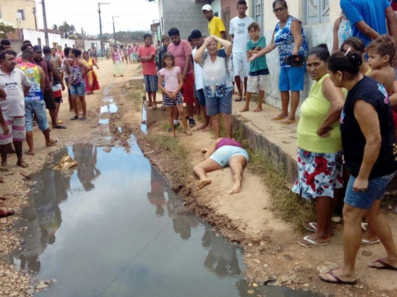 Mulher é executada enquanto caminhava na parte alta de Penedo