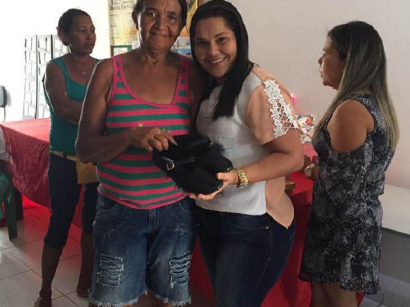 Vice-prefeita Keity Darlian confraterniza com idosos inseridos em programa do CRAS de Piaçabuçu