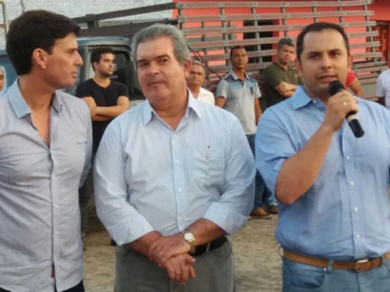 Fernando James representa o pai, Senador Fernando Collor, em entrega de pavimentação na Marituba do Peixe