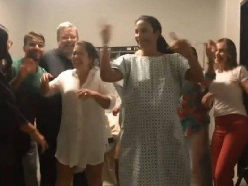 Ivete Sangalo dá a luz em pleno sábado de carnaval e posta vídeo na maternidade