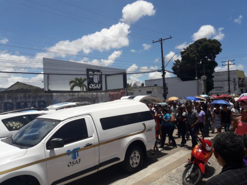 Corpos de jovens que morreram afogados nesta segunda, 26, são sepultados em Penedo