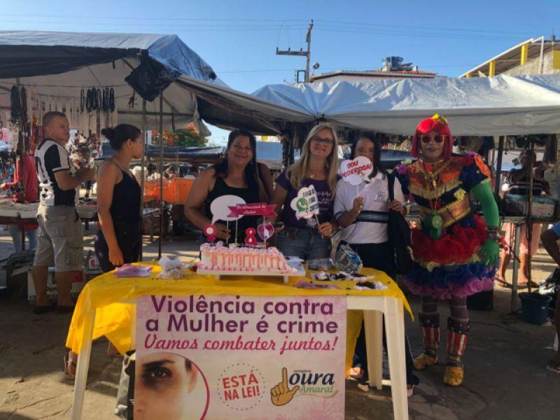 Com distribuição de bolo e batons, vereadora Loura Amaral dá um tom feminino à feira de Piaçabuçu
