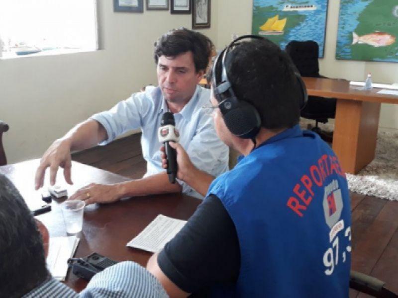 Durante entrevista, Prefeito Marcius Beltrão anuncia realização de concurso público em Penedo