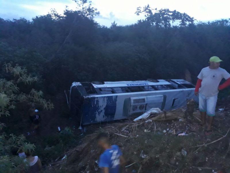 Ônibus cai em ribanceira na zona rural de Penedo e deixa crianças e adolescentes feridos