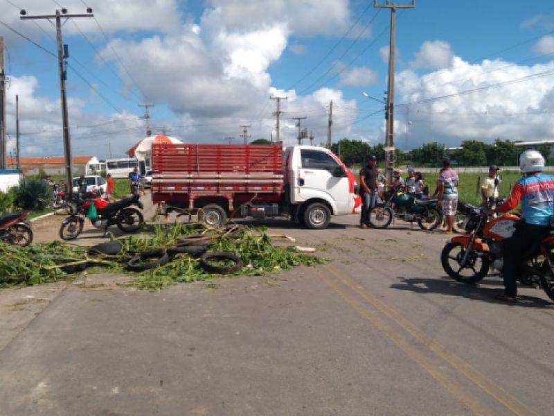 Manifestantes bloqueiam entrada e saída de Penedo pela rodovia AL 101 Sul