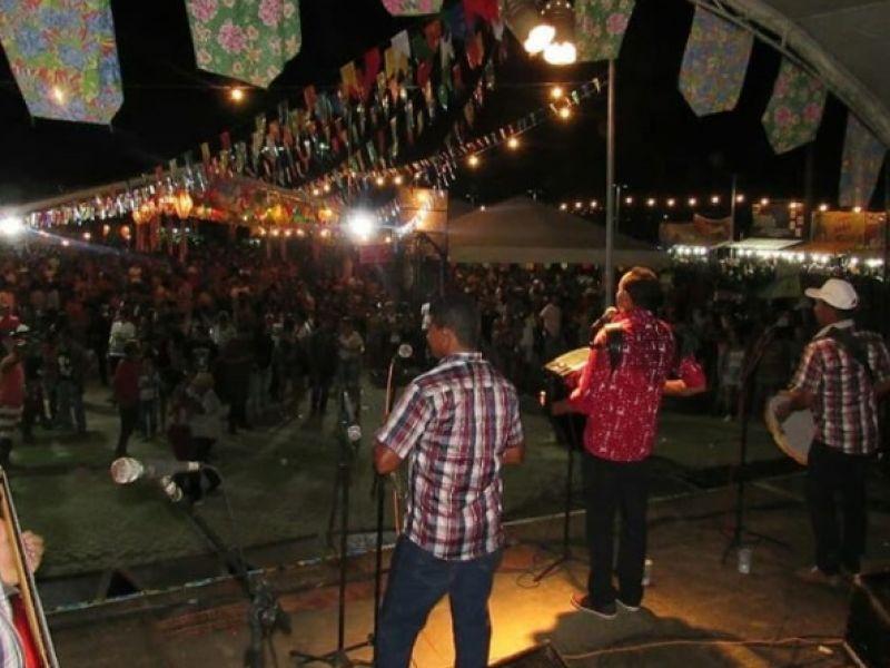 As atrações se apresentaram em um grande arraiá que foi montado na Praça 12  de Abril 0d618fcdeb6