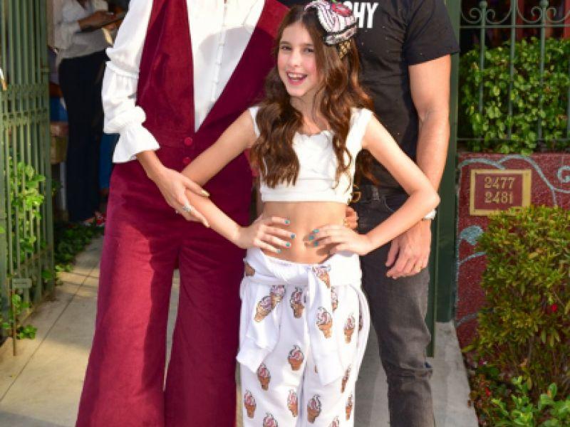 Filha de Rodrigo Faro lança canal e recebe famosos em festa