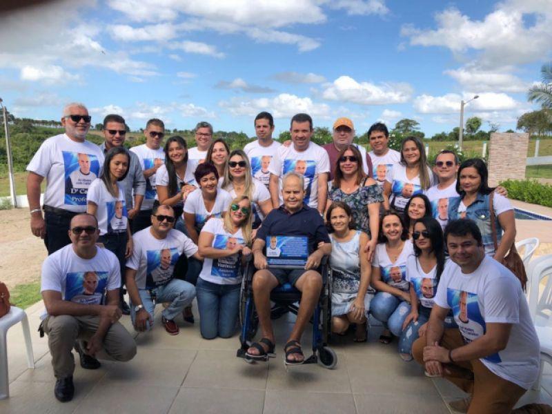 Professor em tratamento de saúde recebe homenagem de ex-alunos em Penedo