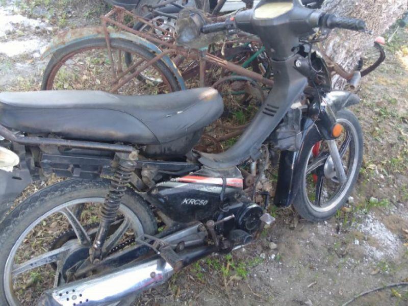 Após denúncia, PC localiza dentro de casa em Penedo, simulacro e moto roubada