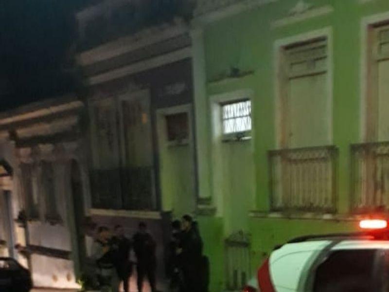 Homem é encontrado morto com as mãos amarradas dentro de residência em Penedo