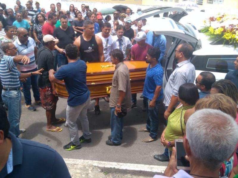 Em Penedo, médico e companheiro são sepultados em clima de muita tristeza