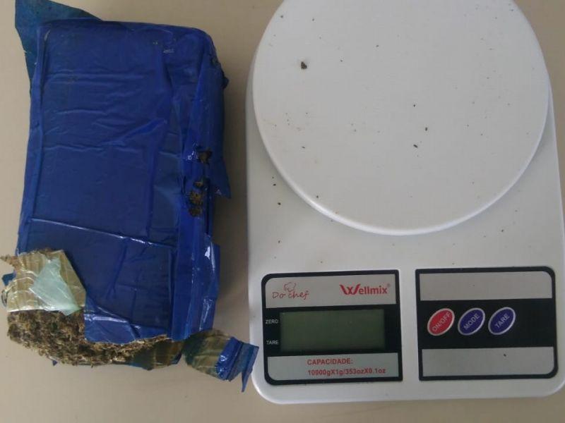 Jovem é preso após polícia encontrar em sua casa quase meio quilo de maconha em Penedo