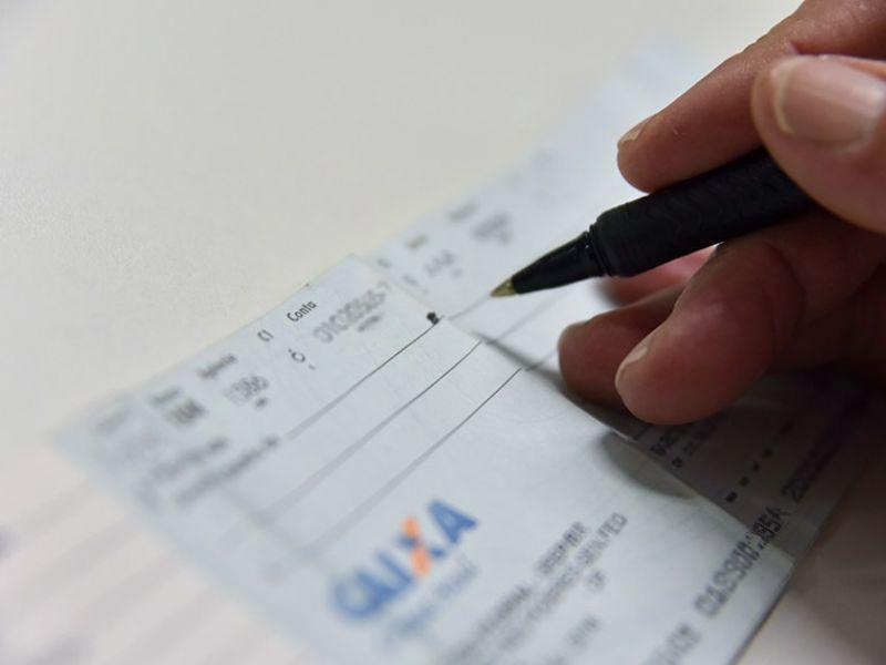 Aprovada proposta que estabelece novas regras para pagamento com cheques no comércio