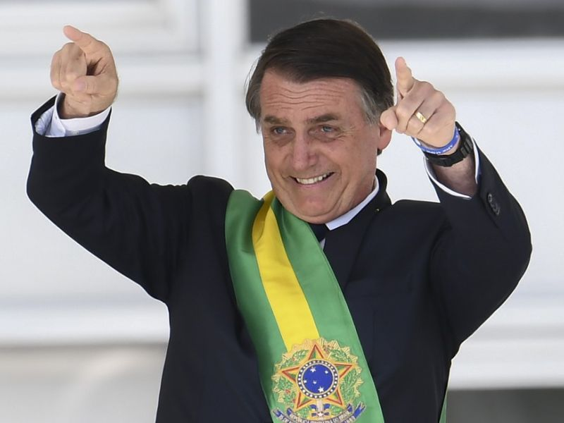 Bolsonaro assina decreto que fixa salário mínimo em R$ 998 para o ano de 2019