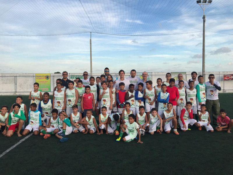 """Crianças do projeto """"Bom de Bola, Bom na Escola"""" recebem novos kits em Penedo"""