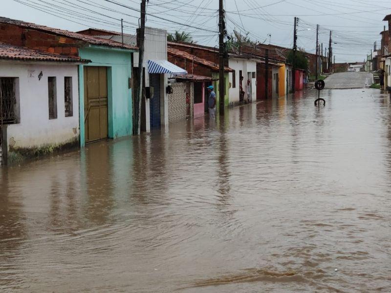Ruas ficam alagadas e telhado de residência desaba durante fortes chuvas em Penedo