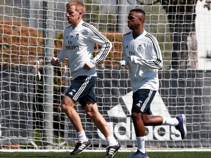 Após quase um mês lesionado, Vinicius Junior volta a trabalhar dentro de campo no Real Madrid