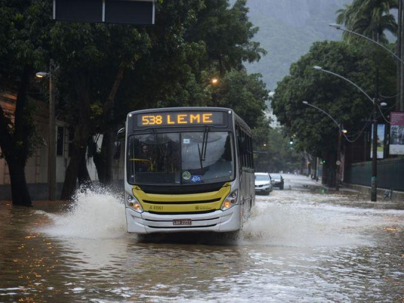 Rio está em situação de crise há mais de 30 horas por causa de fortes chuvas