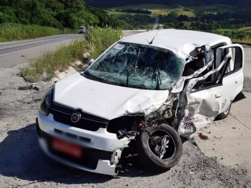 Acidente com táxi de Penedo deixa quatro pessoas feridas na BR-101