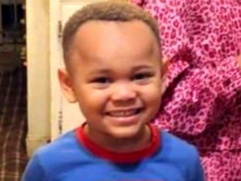 Menino de 4 anos encontra arma na casa de amigo e atira na própria cabeça