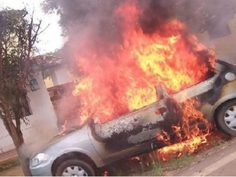 Homem ateia fogo em carro, se joga dentro e morre após suposta traição da esposa