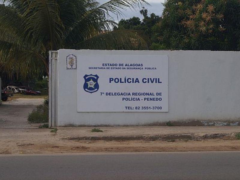 Acusados de tentar esfaquear jovem para roubar celular em Penedo são presos