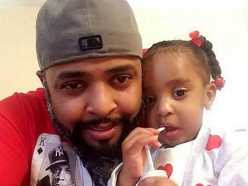 Pai prende filha de 3 anos na cadeirinha e ateia fogo no veículo