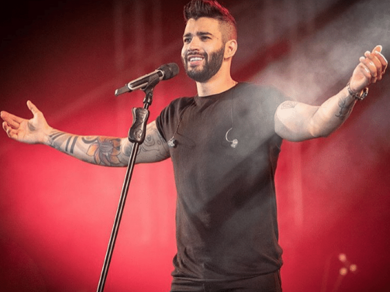 Gusttavo Lima leva bebida na cara e atitude do cantor surpreende fãs