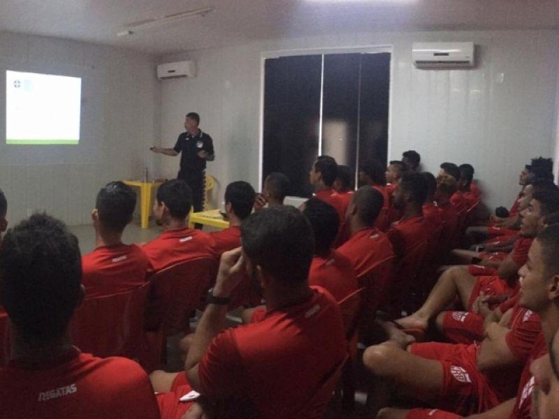 Elenco do CRB participa de palestra sobre mudanças nas regras do futebol