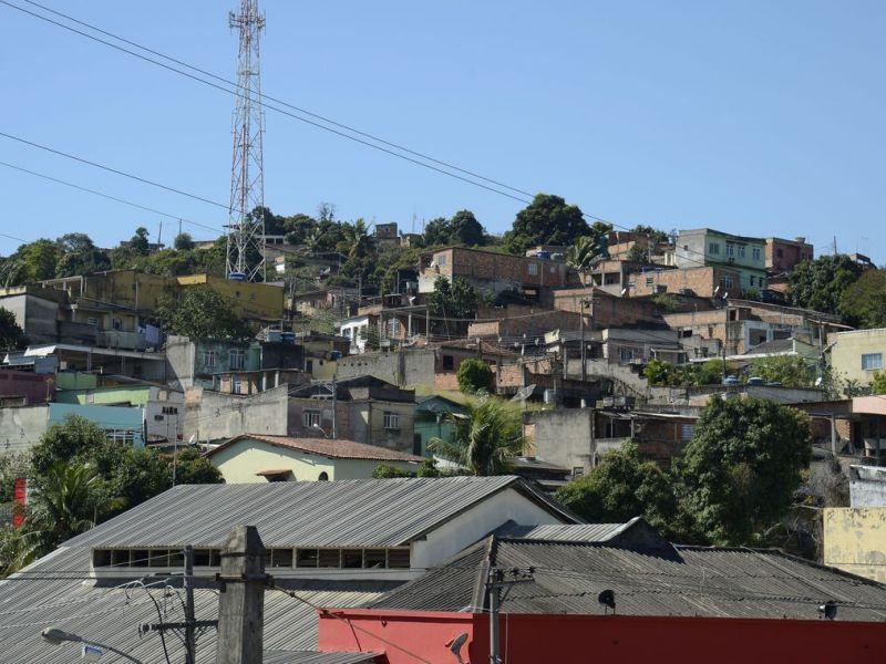 Polícia localiza cemitério clandestino usado por milícia em Queimados