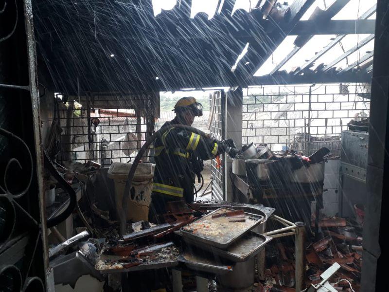 Incêndio destrói cozinha de buffet e deixa duas pessoas feridas em Penedo