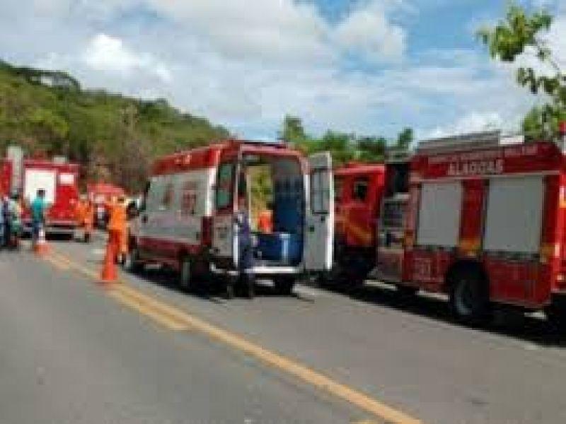 Jovem morre após veículo bater em poste em Maceió