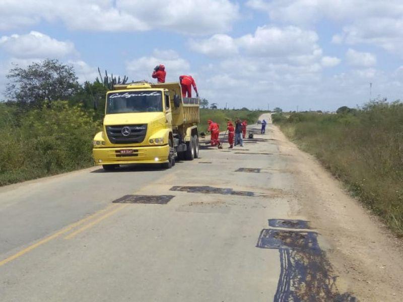 Governo realiza Operação Tapa Buraco na rodovia SE-317, entre Monte Alegre e Porto da Folha