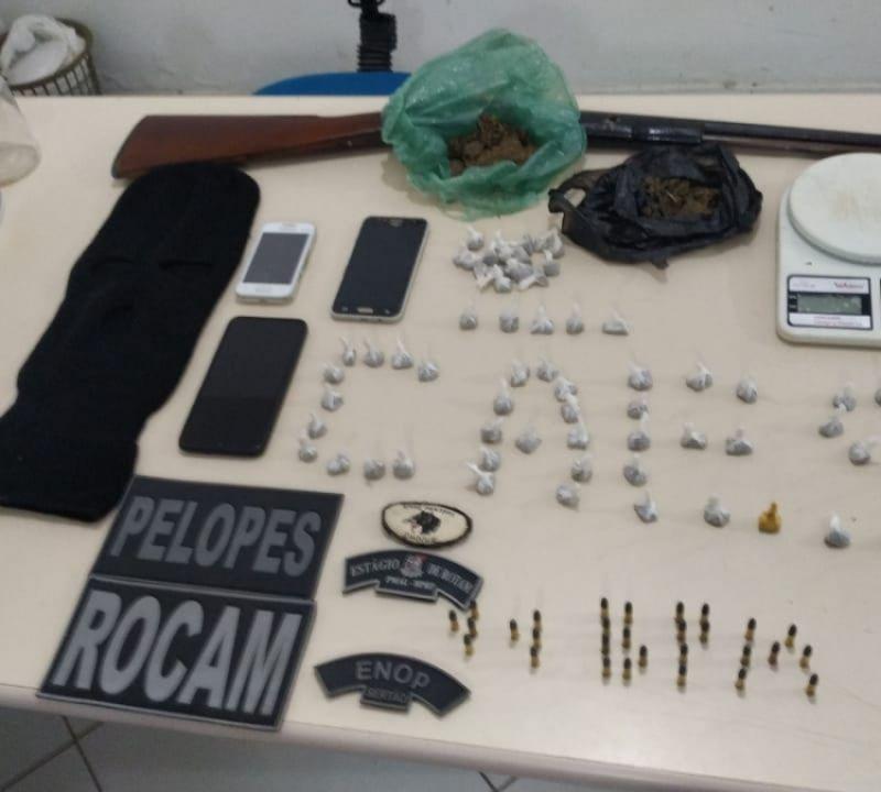 Polícia tira drogas, arma e munições de circulação em Penedo