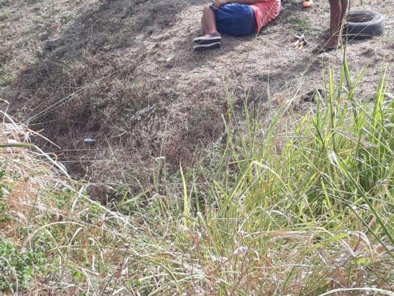 Carro capota na zona rural de Igreja Nova e deixa dois homens feridos