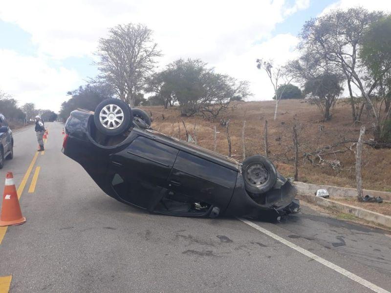 Motorista perde controle de carro e capota na AL-210