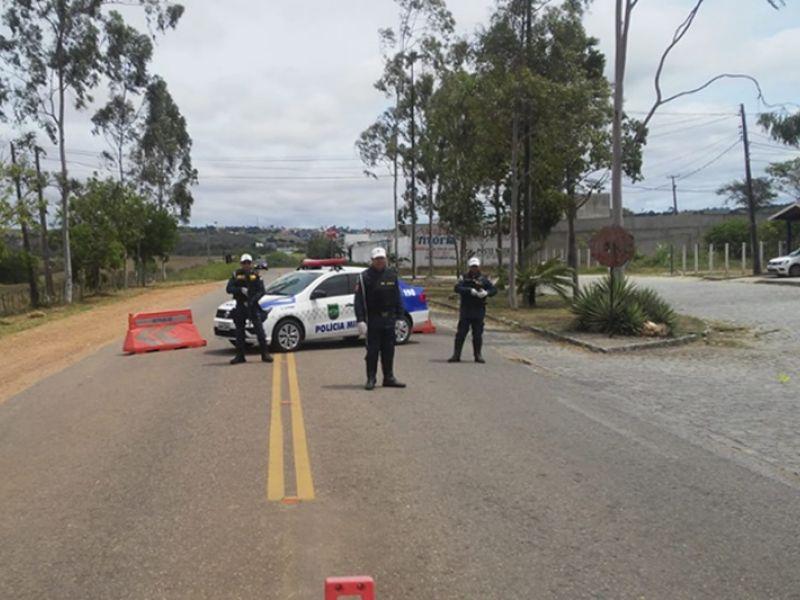 Após decreto, polícia fiscaliza entrada de veículos e orienta condutores em Neópolis/SE